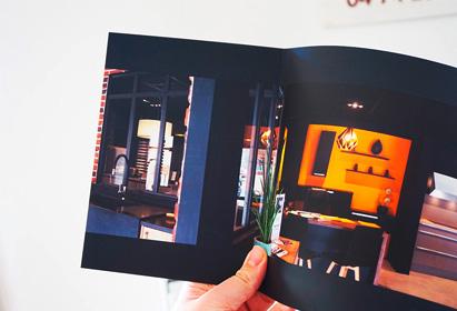 Alain Dupré Création, cuisiniste, prise de vue panoramique du showroom du magasin, dépliant 3 volets, Bourgoin-Jallieu